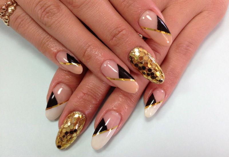 Дизайн ногтей с золотыми пайетками