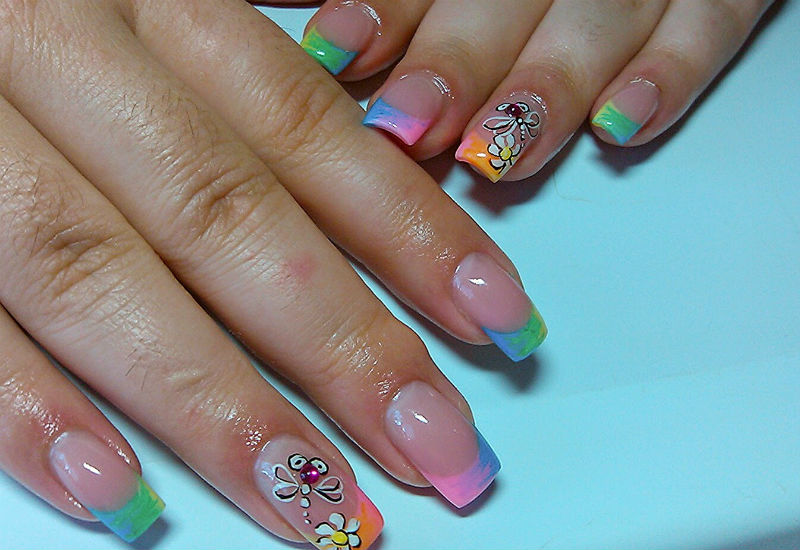 Фото летнего варианта френча ногтей