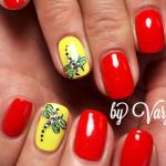 Дизайн ногтей стрекоза на желтом фоне