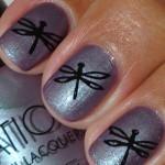 Дизайн ногтей стрекоза на сером фоне