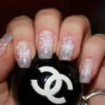 Новогодний серебряный маникюр со снежинками