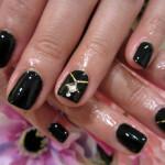 Маникюр черного цвета с бриллиантом