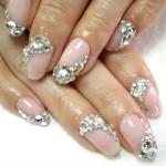 Узор из камней на ногтях