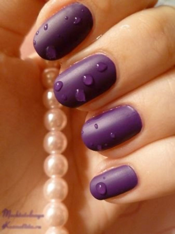 Капли воды на фиолетовом лаке.