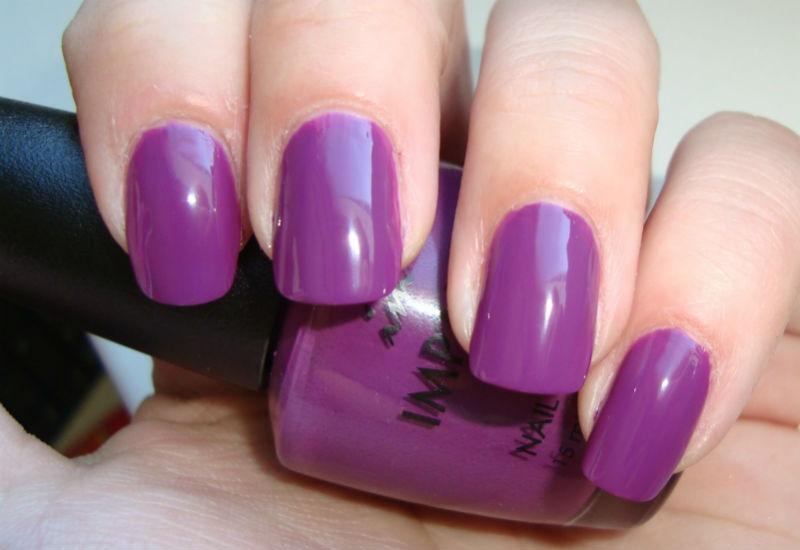 Фиолетовый маникюр под коралловое платье