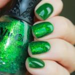 Зеленый маникюр с искусственной слюдой