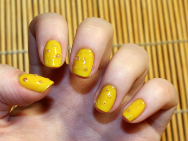 Желтый маникюр с каплями
