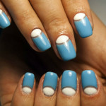Сине-белый лунный маникюр с негативным пространством