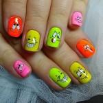 Веселые рожицы на ногтях.