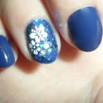 Белые бабочки в синем маникюре
