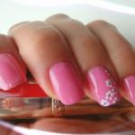 Розовый маникюр с ромашками