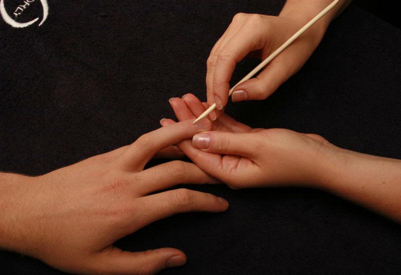 Процедура маникюра с помощью апельсиновой палочки