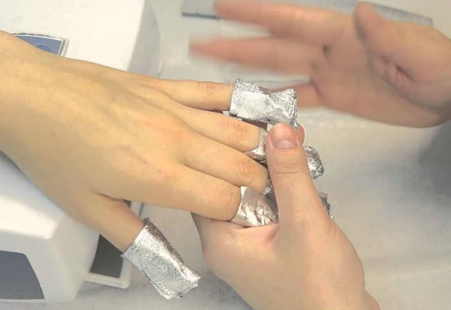 Все ногтевые пластины завернуты в фольгу.