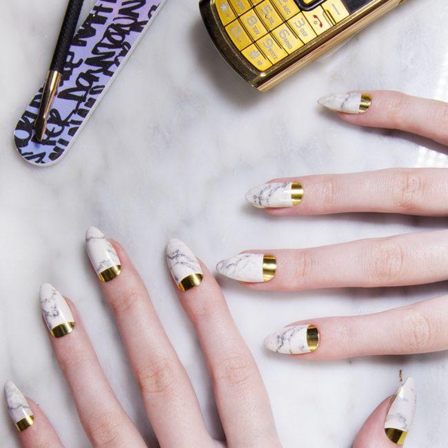 Мраморный маникюр с золотом.