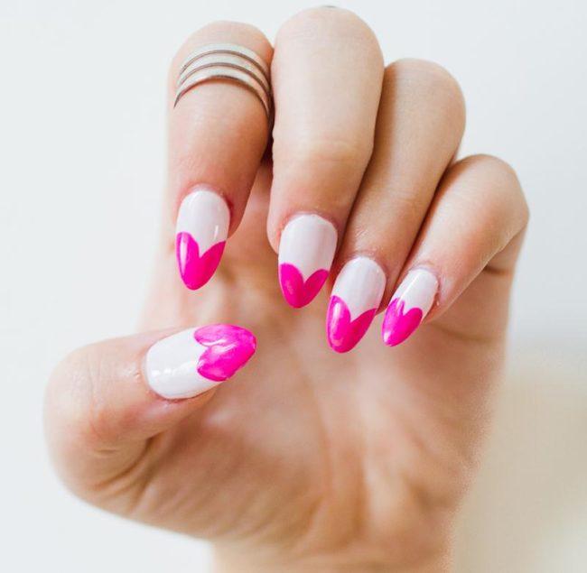 Яркий розовый французский маникюр.