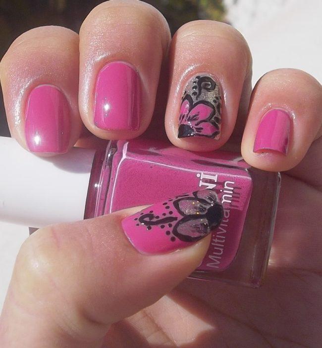 Розовый маникюр с узором.