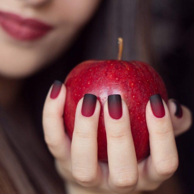 Черно-красный маникюр омбре.