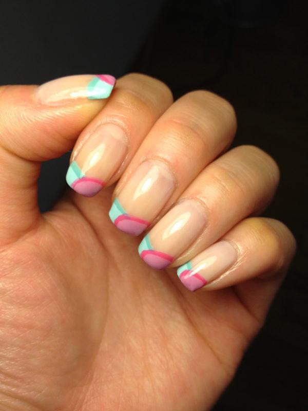 Французский цветной маникюр на ногтях.