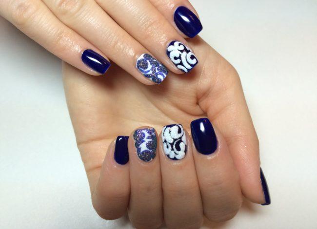 Дизайн ногтей бархатный песок в синем цвете.