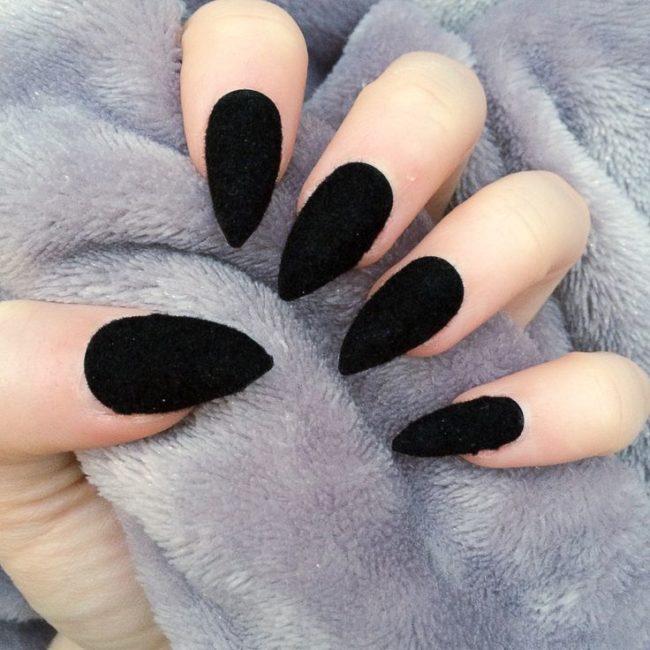 Черный дизайн ногтей бархатный песок.