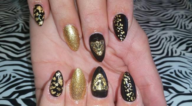 Черно-золотой маникюр фольгой.