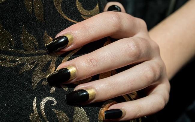 Черно-золотой маникюр на длинные ногти.