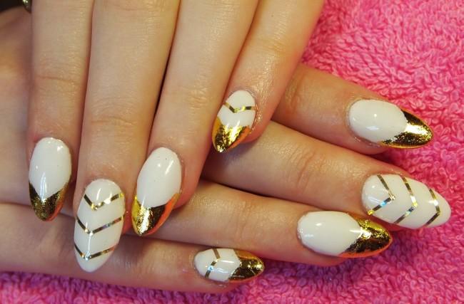Бело-золотой маникюр с полосками.