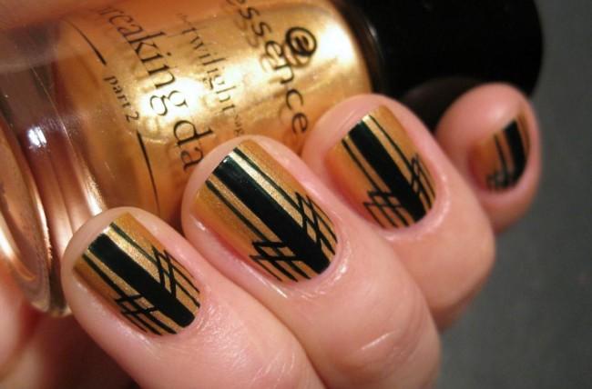 Черно-золотой с полосками маникюр.
