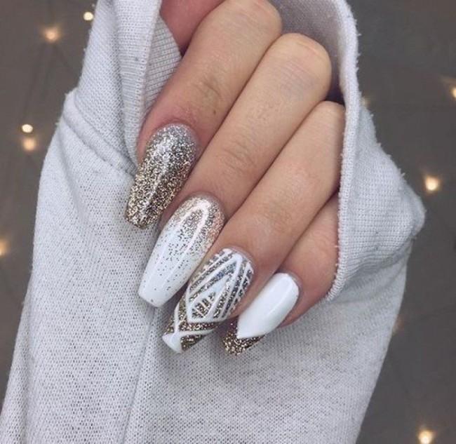 Геометрические узоры на длинных ногтях.