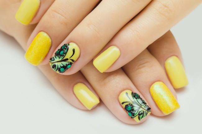 Летние мотивы в маникюре - бабочка на желтом фоне.