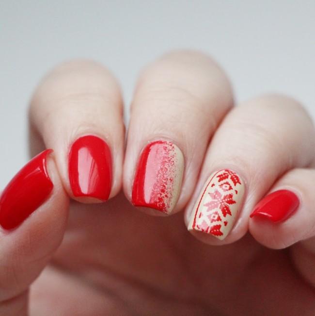 Красный маникюр и геометрия на одном пальчике.