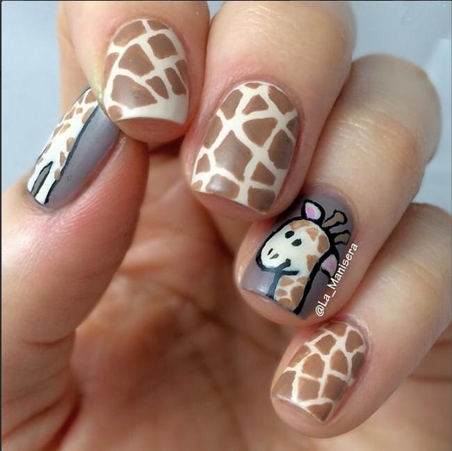 Жираф на ногтях.