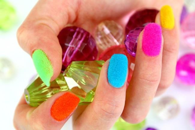 Разноцветный бархат на ногтях.