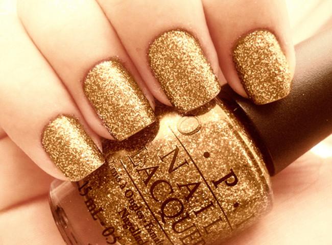 Золотые блестки украсят ногти к стильной вечеринке.