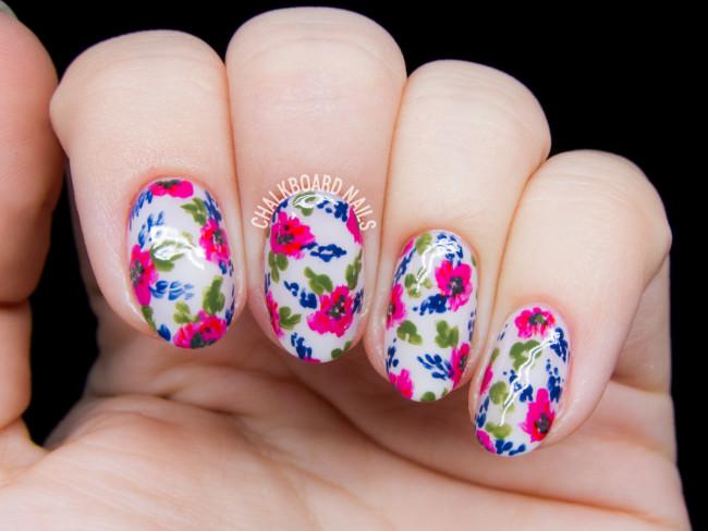 Малиновые цветы с листочками.