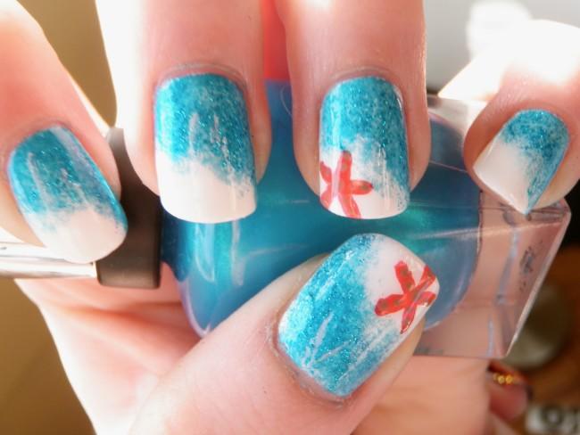 Морской стиль на ногтях очень уместен летом.