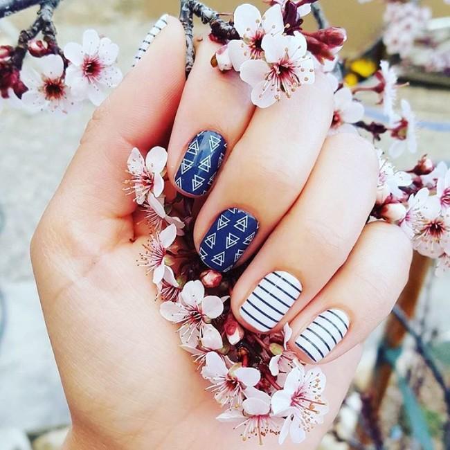 Полосы и цветочки в сине белом цвете.