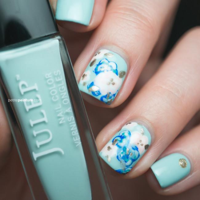 Цветочная поляна в бело-голубом цвете.