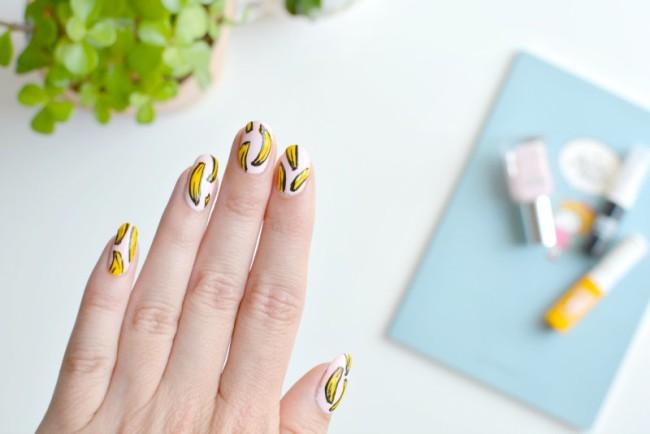 Рисунок банана на ногтях.