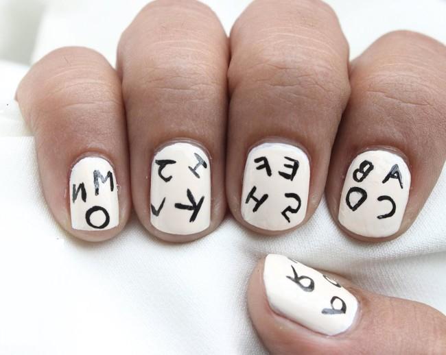 Детский маникюр с буквами.