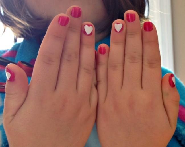Детский маникюр с сердечками.