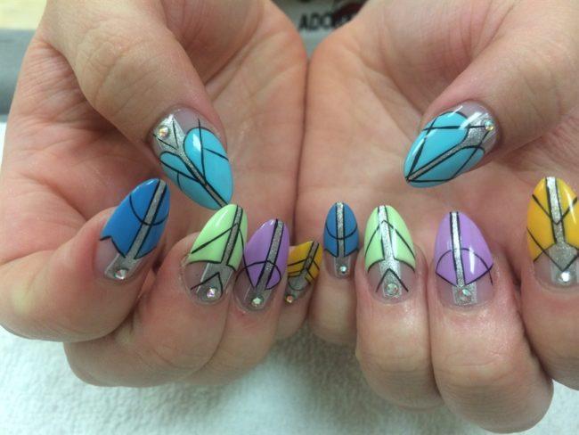 Акриловые краски на ногтях.