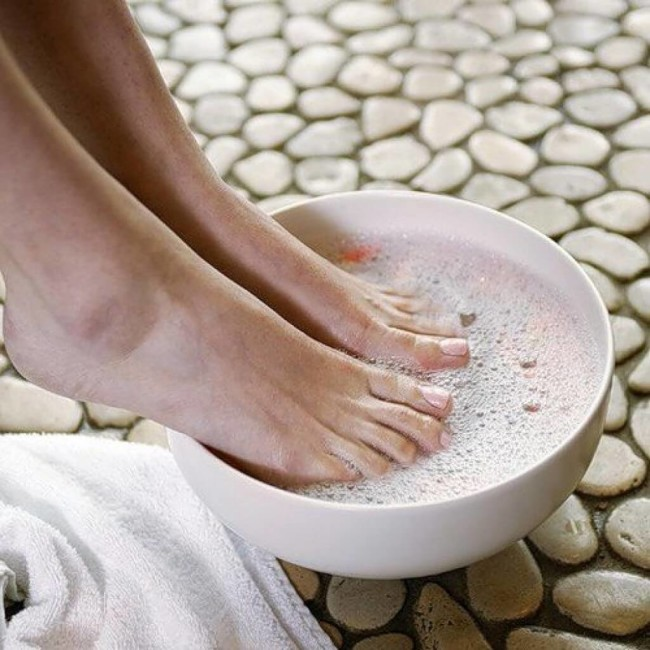 Солевые ванночки помогают удалить грибок на ногтях.