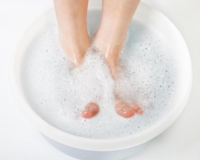 Ванночка для ног при классическом педикюре.