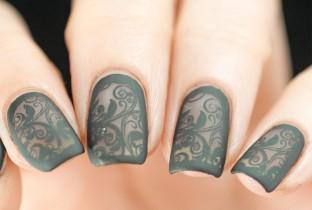 Кружевной дизайн ногтей в сером цвете.