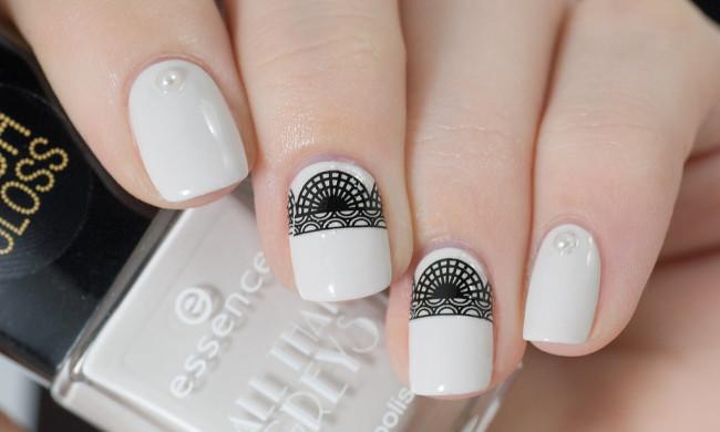 Кружевной черно-белый дизайн ногтей.