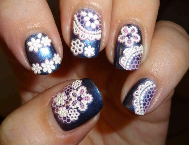 Кружевной дизайн ногтей объемный.