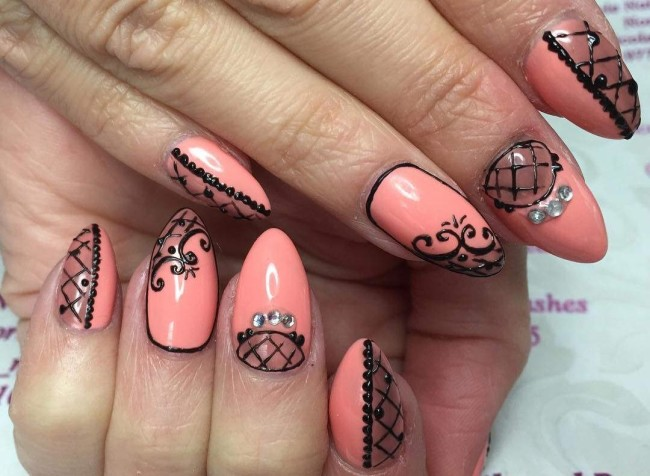 Кружевной дизайн ногтей акрилом.