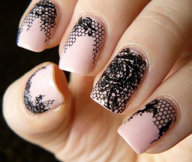 Кружевной розово-черный дизайн ногтей.