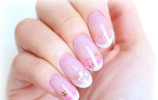 Свадебный дизайн ногтей для невесты в розовом цвете.